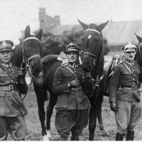 Jeźdźcy z polskiej ekipy-Stoją od lewej rtmAdam Królikiewicz mjr Michał Toczek porKazimierz Szosland