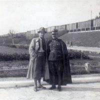 po lewej stronie Jan Jamro mój ojciec, po prawej Mieczysław przed Dworcem we Lwowie w mundurze galowym zmobilizowany w marcu w 1939, DP. 20 Dywizja piechoty Baranowicze, armia Modlin