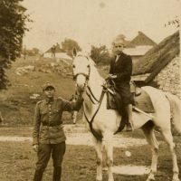 Władysław Bromboszcz ze swoim koniem Arianem w czasie manewrów; tu z synem gospodarza, u którego kwaterowali
